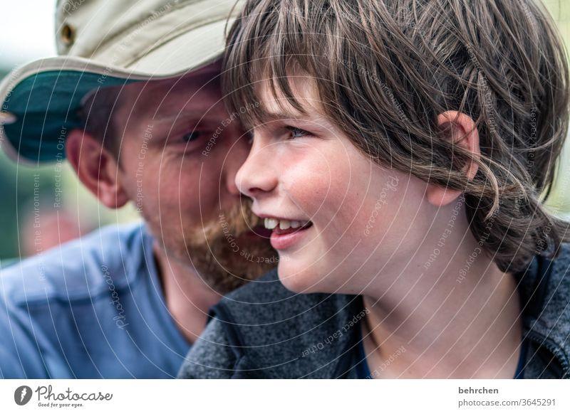 geheimnisse Glück Bart Gesicht Kind Junge Porträt Licht Detailaufnahme Warmherzigkeit Geborgenheit Vertrauen Farbfoto Tag Sohn Liebe Zusammensein Zufriedenheit