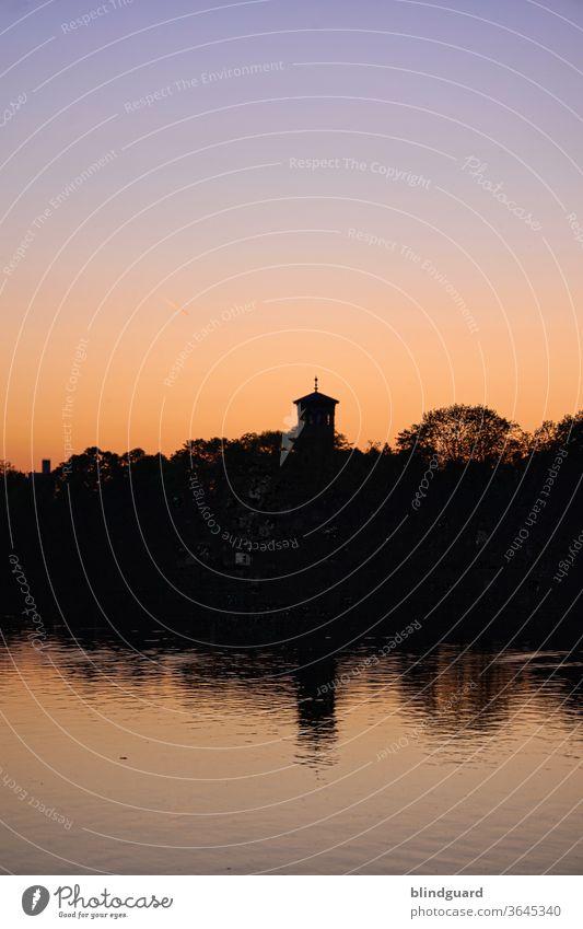 Abendstimmung am Main in Hanau Sonnenuntergang Himmel Abenddämmerung Natur Fluß Fluss Wasser Binnenschifffahrt Kirchturm Wellen naß nass Farbfoto Menschenleer