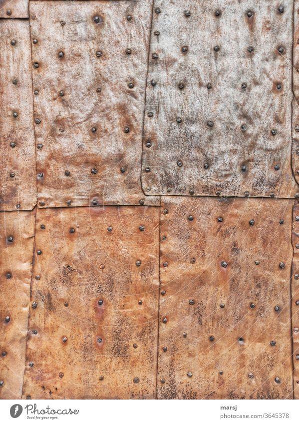 Genietete Eisenblechplatten die eine Türe vor Wetter schützen Flickwerk Blech Nieten Rost rostiges Metall Schutz Überlappung überlappen Hintergrundbilder Patina