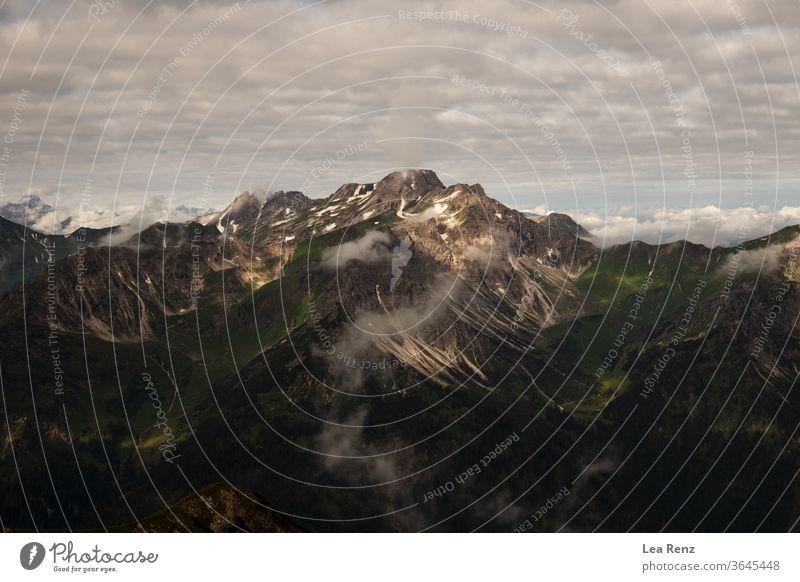 Wandern durch die Alpen an einem schönen wolkigen Sommertag. wandern Trekking Deutschland Österreich Gipfel Berge u. Gebirge mountians Bergkette im Freien