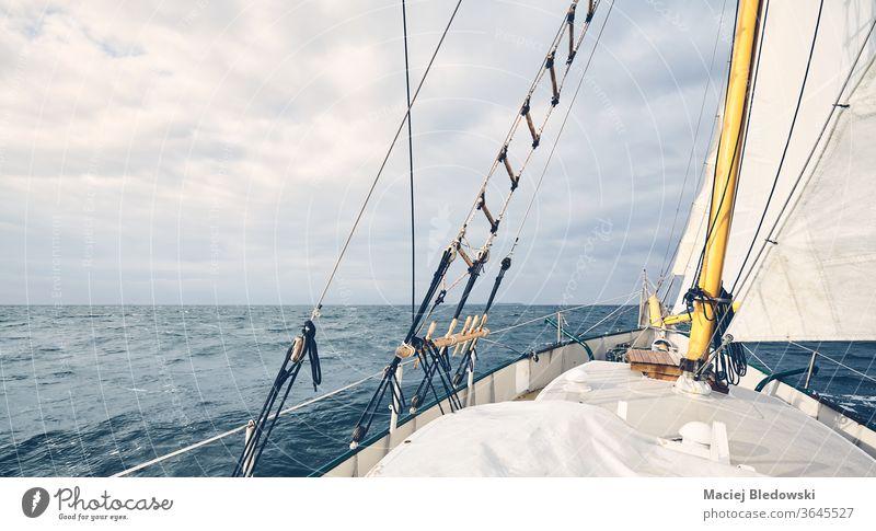 Panoramablick auf einen alten Schoner, der über den Ozean segelt. Segeln Boot Abenteuer Wasser MEER Meer Freiheit Horizont reisen Urlaub Mast Schiffsdeck
