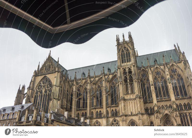 Kathedrale von Metz bei Regenwetter Lothringen Himmel bedeckt Saint-Étienne Kirche Kirchengebäude Gotik Markise Sonnenschutz Regenschutz