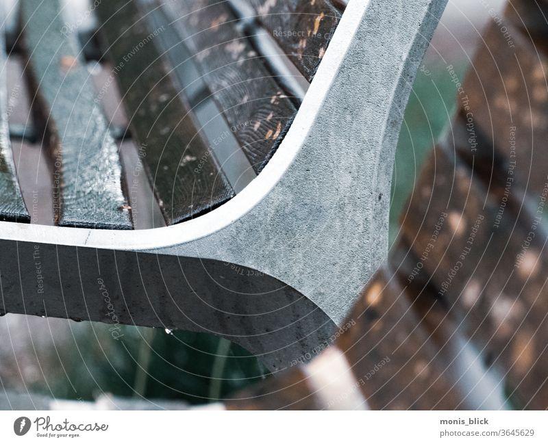 Parkbank Ausschnitt im Regen Außenaufnahme Erholung Einsamkeit Gewitterregen Ruhe stille Trauer kraft der stille ausruhen regentropfen