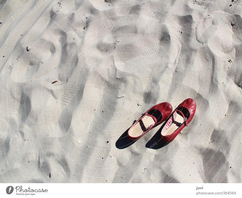 Sand im Schuh Sommer rot Erholung ruhig Strand Schuhe ausdruckslos Barfuß