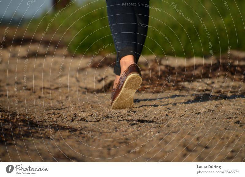Strandspaziergang Schuhe Füße Beine gehen Mensch Frau weiblich Außenaufnahme Damenschuhe Spaziergang spazieren sein Ruhe Frieden Detailaufnahme Idylle schön