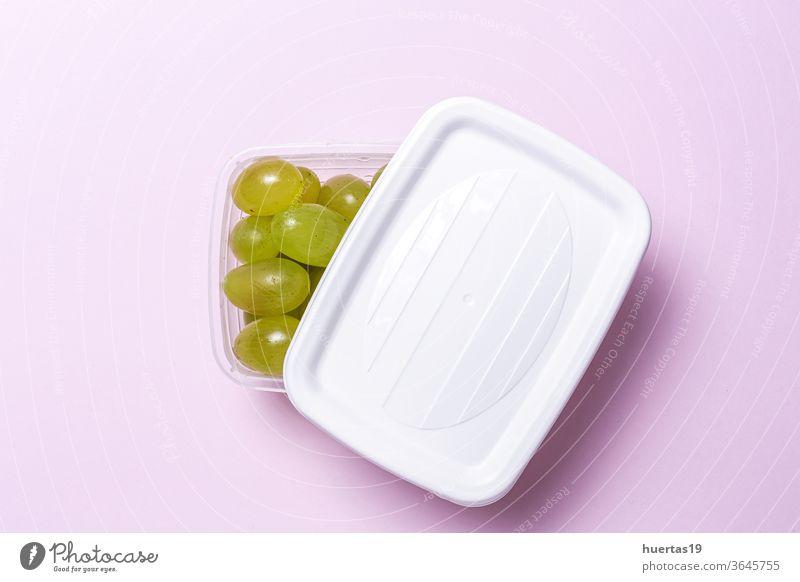 Frische Trauben der Saison in Plastikbehältern zum Verzehr bereit Zum Mitnehmen Lebensmittel Kunststoff gesunde Ernährung Kunststoffbehälter Frühstück