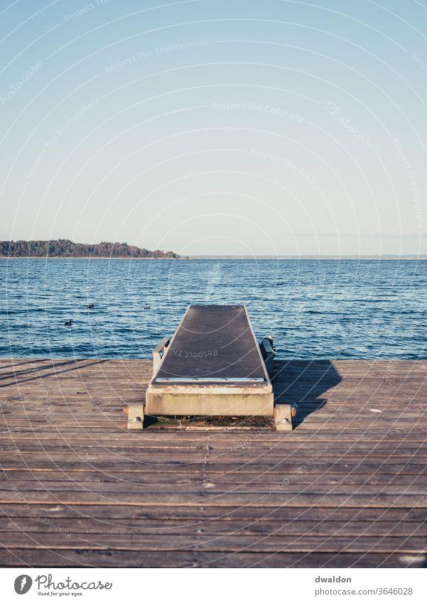 Sprungbrett an einem See Wasser Schwimmen & Baden springen Sommer Freude Farbfoto Ferien & Urlaub & Reisen nass Mut Himmel Sinkflug Sport Außenaufnahme blau
