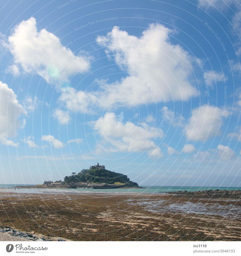 St Michael's Mount Blick übers Wattenmeer mit Wolken am blauen Himmel England Ebbe Algen Gezeiteninsel Schoß Sehenswürdigkeit Denkmal Insel Blauer Himmel türkis