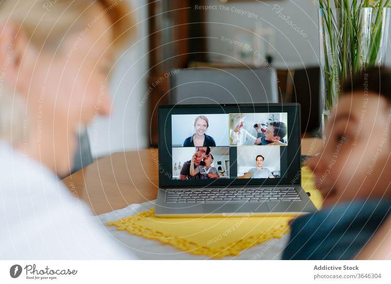 Fröhliche Mutter und Sohn bei Videokonferenz auf Laptop Videoanruf benutzend aufgeregt relativ Quarantäne soziale Distanzierung Talkrunde Bund 19 Glück