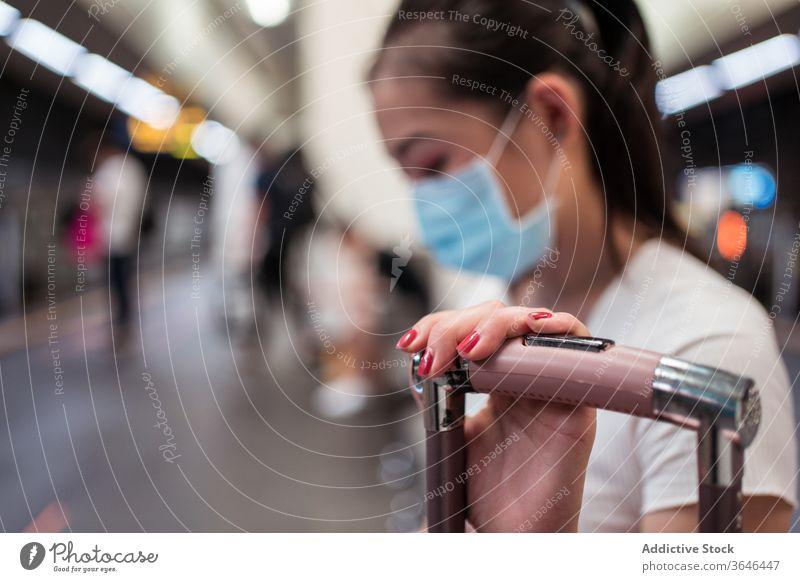 Asiatische Frau in Maske wartet auf Zugverbindung Koffer Station Bahnverbindung reisen Mundschutz warten Atemschutzgerät Coronavirus Bund 19 Seuche Passagier