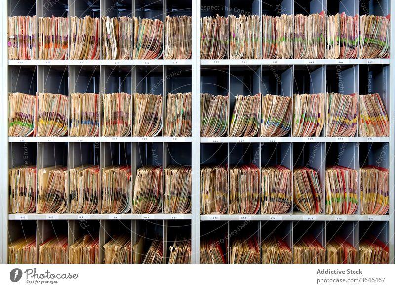 Archiv mit sortierten Papieren unterschiedlicher Farbe Regal Lager Alphabet Orden ähnlich mehrfarbig Unternehmen Reihe Sammlung Arbeitsplatz Kulisse vertikal