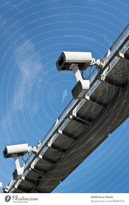 Moderne Verkehrskamera beobachtet Auto auf der Straße Fotokamera Kontrolle Sicherheit Überwachung cctv Geschwindigkeit Aufzeichnen Metall Zeitgenosse Struktur