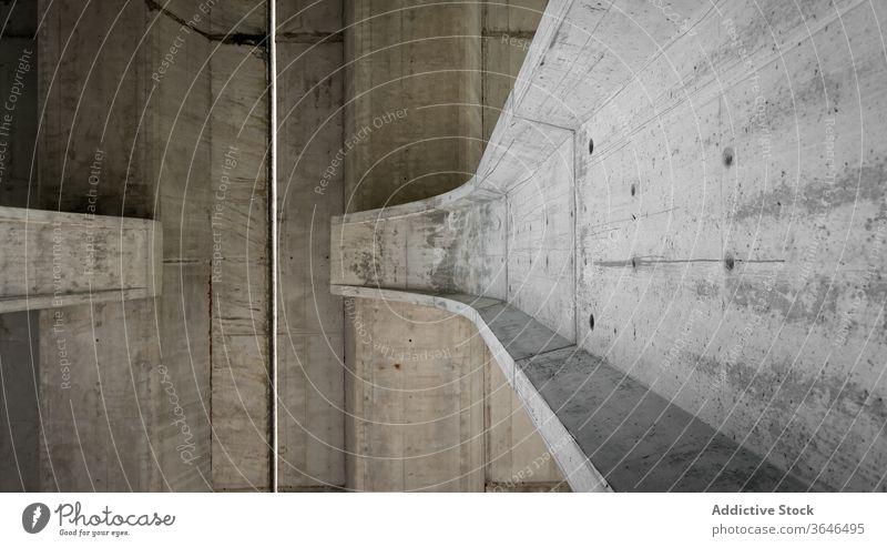 Zement-Müllschlucker mit schäbiger Oberfläche Beton vertikal eng solide verwittert Fleck Metall Abtrennung urban Außenseite Gebäude Stein Rutsche dicht Struktur