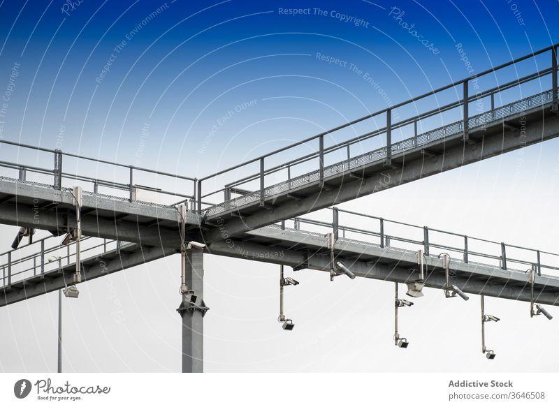 Metallbau mit Straßenkameras Fotokamera Kontrolle Überwachung Sicherheit Verkehr cctv Konstruktion Zeitgenosse Struktur urban modern Stahl Design System