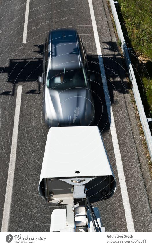 Moderne Verkehrskamera beobachtet Auto auf der Straße Fotokamera Kontrolle PKW Sicherheit Überwachung cctv Geschwindigkeit Aufzeichnen Metall Zeitgenosse