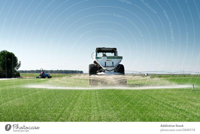 Industrieller Traktor bewässert landwirtschaftliches Feld Ackerbau Wasser Maschine grün Gras Landschaft Natur ländlich Wiese industriell Sommer Bauernhof