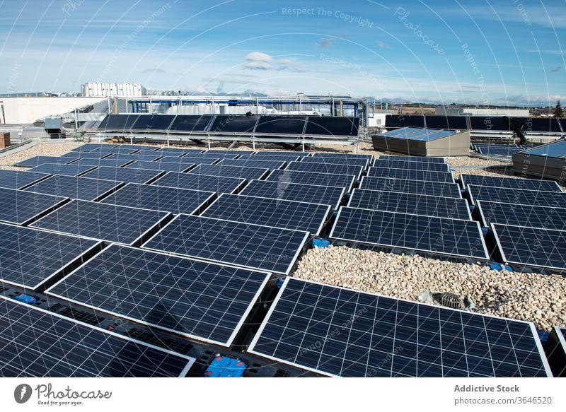 Sonnenkollektoren auf dem Dach des Gebäudes solar Panel Batterie alternativ Erneuerung Energie Ressource Ökologie nachhaltig Zeitgenosse Konstruktion tagsüber
