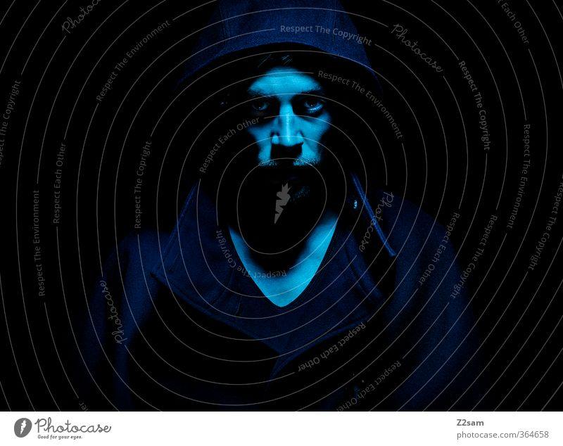 DARK Jugendliche blau Junger Mann 18-30 Jahre Erwachsene dunkel kalt Tod Stimmung maskulin Kraft gefährlich bedrohlich Macht T-Shirt geheimnisvoll
