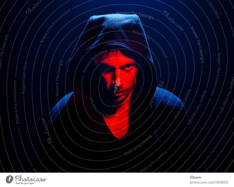S. Jugendliche blau rot Erwachsene dunkel Junger Mann kalt 18-30 Jahre Tod Stimmung maskulin Kraft bedrohlich Macht Rauchen geheimnisvoll
