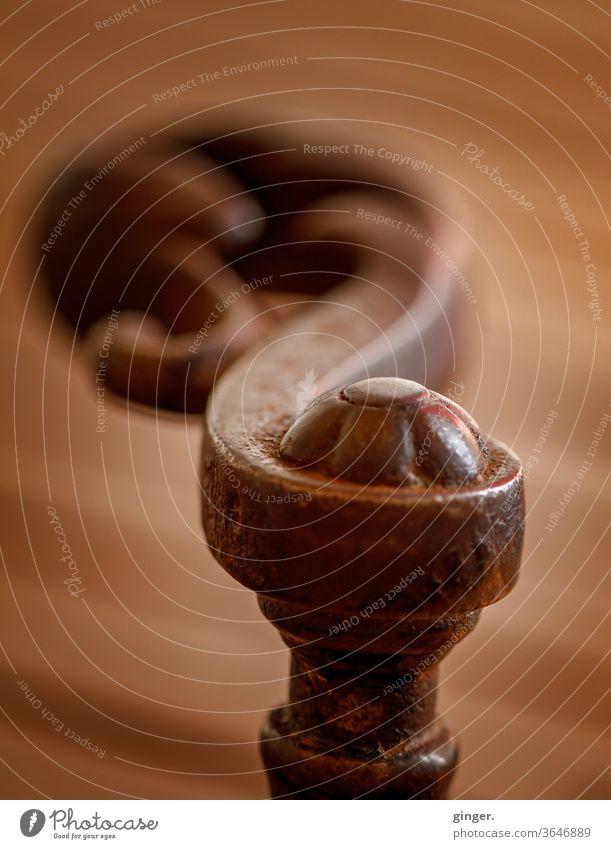 Türklinke hochkant antik - Schwingung Türklinken Knauf braun rotbraun verschnörkelt alt geschwungen Wellen Farbe Farbfoto Textfreiraum oben gedreht Stimmung
