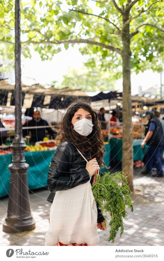 Frau kauft auf dem Gemüsemarkt ein Markt Käufer Sack lokal Bauernhof pflücken Öko Gewebe wiederverwendbar umweltfreundlich frisch Lebensmittelgeschäft Tasche