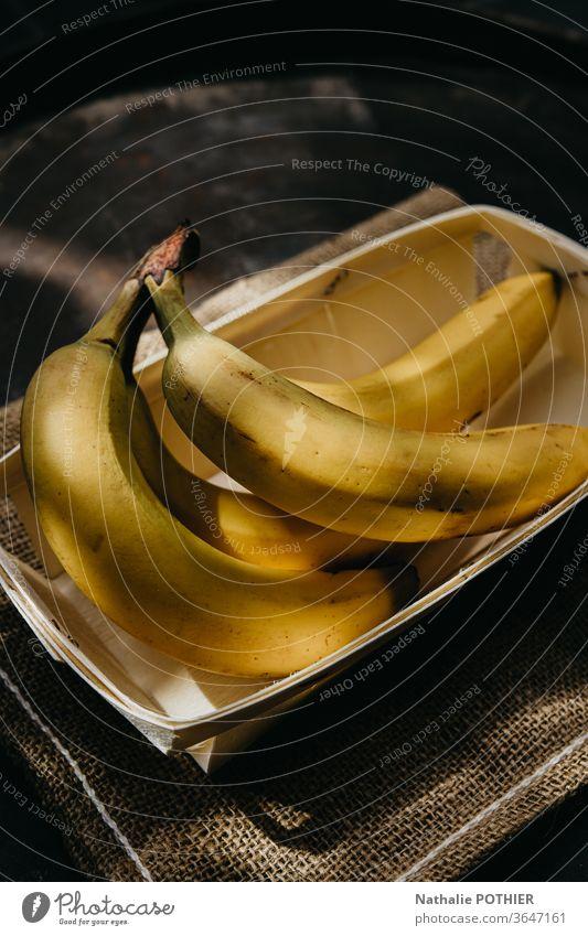Bananen in der Schale gelb Sackleinen Frucht Früchte Licht sonnig Sonnenstrahlen Sommer Lebensmittel frisch Ernährung Vitamin Farbfoto Gesundheit