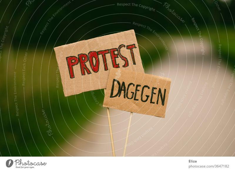 Zwei Schilder mit den Worten PROTEST und DAGEGEN. Demonstration. Protest dagegen ablehnend protestieren demonstrieren Hand Anti Dagegen sein Nein Weigerung