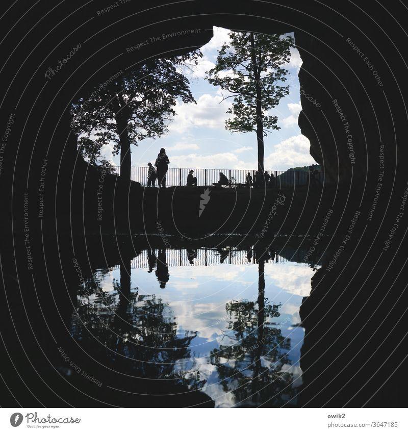 Symmetrie | Höhlenmenschen Durchgang Menschen Silhouette Freizeit erholen entspannen Reflexion & Spiegelung Pfütze Wasser Felsen Elbsandsteingebirge