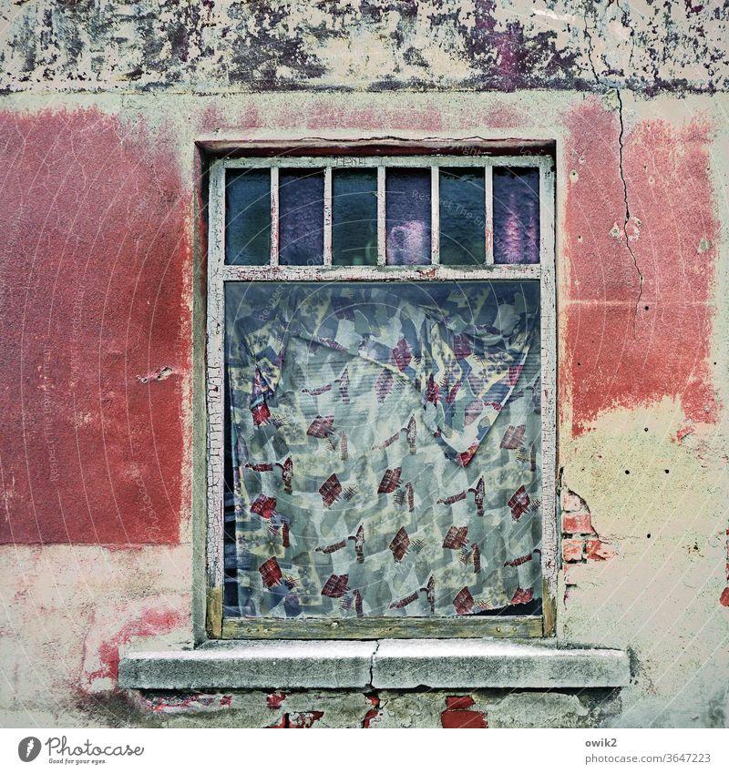 Abgehängt Fenster alt Fassade Haus Tageslicht menschenleer Außenaufnahme Gebäude Architektur Wand Vergänglichkeit Stein kaputt Menschenleer Wandel & Veränderung
