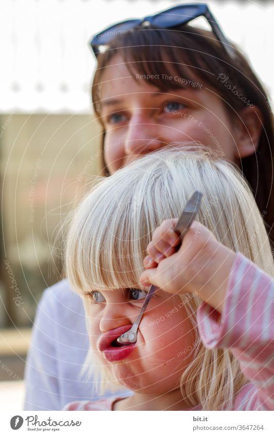 Sonntagscafe Kind Mädchen Kleinkind Löffel Besteck Essen löffeln Ernährung Kindheit Mensch 1-3 Jahre Kindererziehung lecker ponyfrisur blond Mittagessen Eis