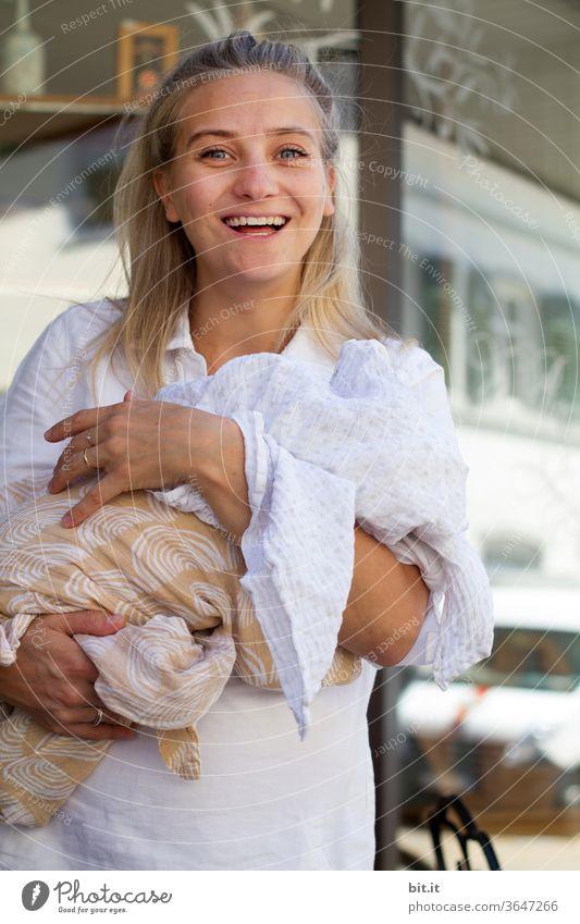 lieblingsmensch l paulina Frau Junge Frau weiblich feminin Mensch Mutter Mutterschaft Mutter mit Kind Muttergefühl Baby Babyglück Kinderwunsch Familienglück
