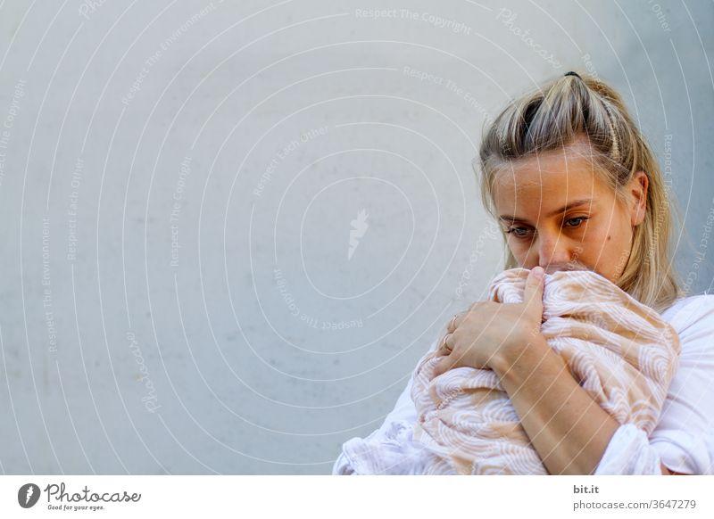 Mutterherz Mutterschaft Mutter mit Kind Muttergefühl Liebe Familie & Verwandtschaft Kindheit Eltern Glück Frau Baby Pflege schön neugeboren Lifestyle Halt