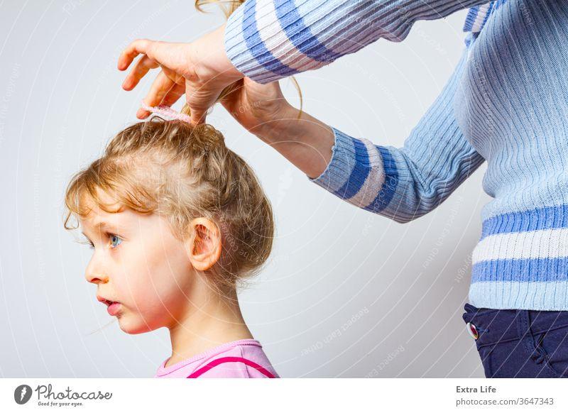 Mama macht ihrer Tochter die Frisur bezaubernd Erwachsener Arme Pflege sorgenfrei nachlässig Kaukasier Kind Kindheit niedlich dekorativ Familie Frau Mädchen