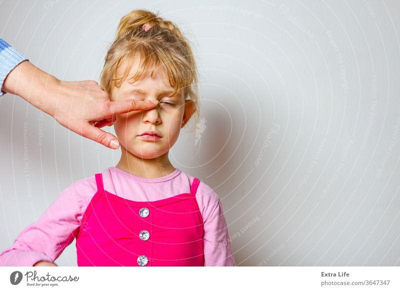Porträt eines süßen kleinen Mädchens mit komischem Gesichtsausdruck bezaubernd amüsant sorgenfrei nachlässig Kaukasier heiter Kind Kindheit drollig verrückt