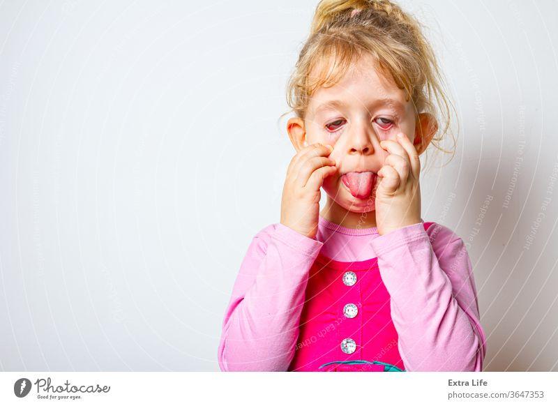 Porträt eines lustigen und fröhlichen süßen Mädchens bezaubernd schön sorgenfrei nachlässig Kaukasier heiter Kind Kindheit kriechend verrückt niedlich Ausdruck