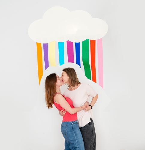 Zwei Frauen küssen sich Regenbogenflagge lesben lesbisch Menschenrechte LGBT Homosexualität Gleichstellung Regenbogenfamilie Stolz Freiheit Symbole & Metaphern
