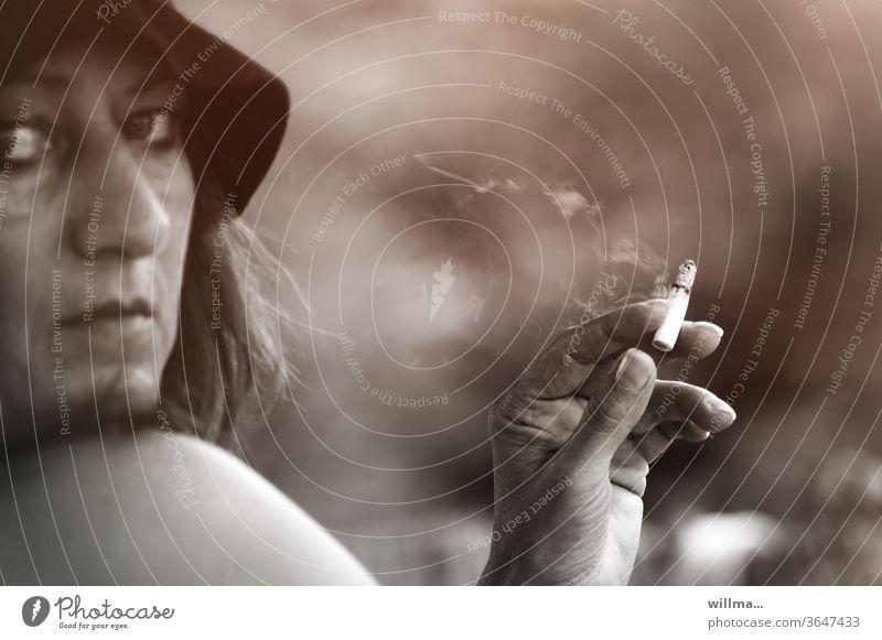 Bitte? Sie stört der Rauch? Dann setzen Sie sich doch woanders hin! Raucherin rauchen Hand Zigarette Frau ernst nachdenklich Entspannung kalte Schulter