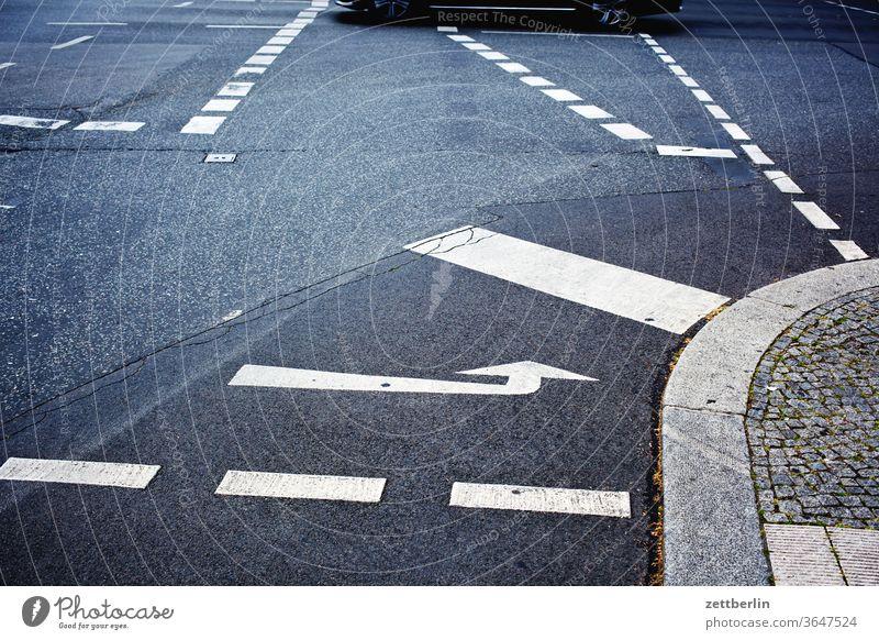 Fahrbahnmarkierungen an einer Kreuzung abbiegen asphalt autobahn ecke fahrbahnmarkierung fahrrad fahrradweg hinweis kante kurve linie links navi navigation