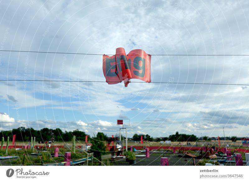 Eingang zum Minigolf berlin ferne flugbahn flughafen flugplatz freiheit frühling himmel horizont menschenleer rollbahn skyline sommer spiegelbild tempelhof