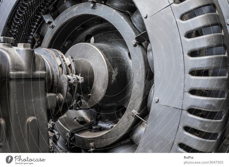 Detail eines historischen Generators. Elektromotor Kollektor Kohlen Schleifkontakte Maschine Technik Leitung Spule Stahl Rohr Wicklung Versorgungsleitung