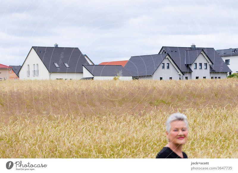 Landstrich mit dicht bewachsenen Getreidefeld erhält ein neues Gesicht Frau Porträt weißhaarig Lächeln Blick nach vorn 60 und älter Weiblicher Senior Himmel