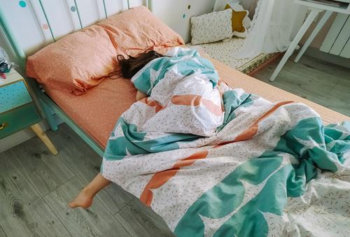 Mädchen schläft zugedeckt in ihrem Bett unkenntlich LAZY schlafen bedeckt schläfrig Morgen tief schlafend Schlafzimmer jung Kopfkissen müde Frau heimwärts