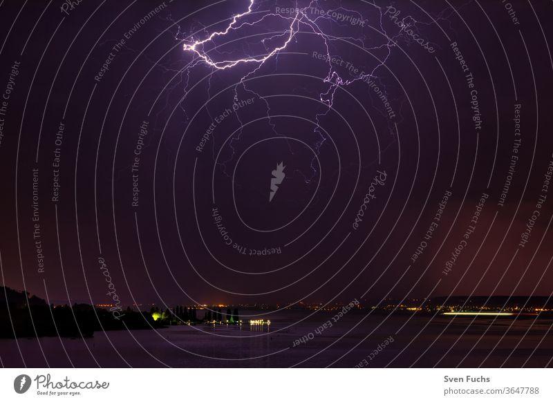 Ein Gewitter über dem Bodensee sorgt für ein schönes Schauspiel gewitter bodensee blitz wolken wasser sturm unwetter idylle natur fesselnd naturschauspiel