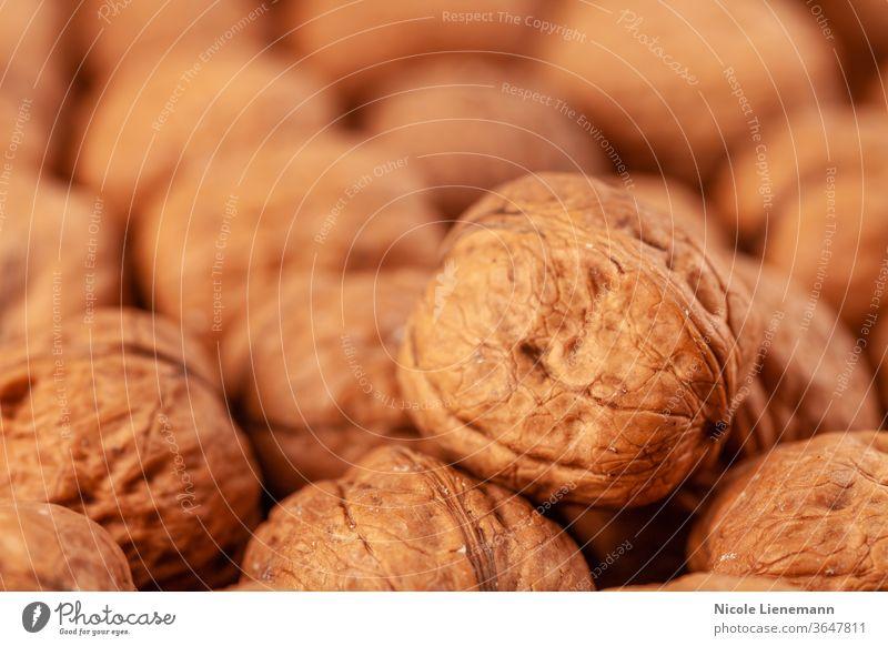 Nussbaum auf Holzuntergrund Walnussholz Snack Nut geknackt Diät natürlich Natur Kernel braun Lebensmittel Nussschale Panzer Hintergrund Gesundheit offen Frucht
