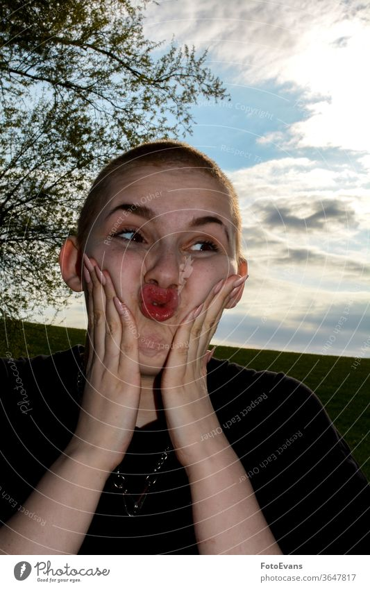 Junge Frau mit sehr kurzem Haar, Hände auf den Wangen, macht komisches Gesicht Versagen lang Person Tag Nägel Gesundheit echte Person Kopf Krankheit Fingernägel