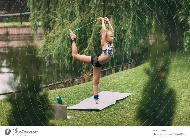 Ein Teenager-Mädchen spielt während der Quarantäne-Selbstisolierung in der Nähe ihres Zuhauses Sportspiele. Sie treibt Sport. Gesunder Lebensstil Yoga im Freien