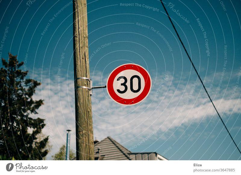 Verkehrsschild 30er Zone. Geschwindigkeitsbegrenzung. Straße Schilder & Markierungen Straßenverkehr Verkehrszeichen blauer Himmel Wohngebiet Tempo 30
