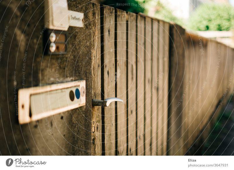 Ein Gartentor aus Holz. Eingang. wohnen Klingel Briefkasten Häusliches Leben Tür Eingangstor besuchen Haus Namensschild Zaun Klinke Türklinke