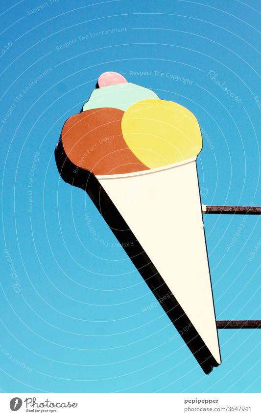 Eisschild Farbfoto Werbung blau Himmel Eiskugeln Kirsche waffel eiswaffel verrotten gelb Urlaub freizeit Essen und Trinken Stadt Essen süß genießen naschen