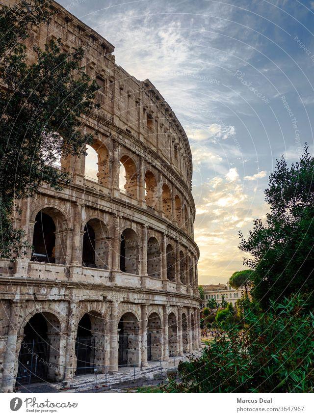 Das Kolosseum bei Sonnenuntergang mit klarem Himmel Rom Kolosseum Rom Italien Römer römische Architektur alt historisch Wahrzeichen Tourist reisen Europa